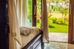 Sitio hermoso en el chalet, toalla en la cama fotos de archivo libres de regalías
