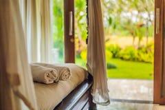 Sitio hermoso en el chalet, toalla en la cama fotos de archivo