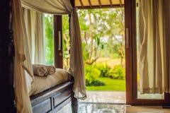 Sitio hermoso en el chalet, toalla en la cama imagen de archivo