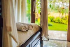 Sitio hermoso en el chalet, toalla en la cama foto de archivo libre de regalías
