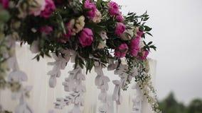 Sitio hermoso para las ceremonias y las bodas Concepto de la boda Banquete de la boda de la decoración Interior de un pasillo de  almacen de metraje de vídeo