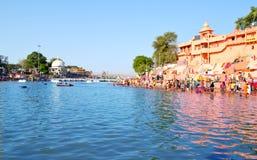 Sitio hindú del peregrinaje, opinión amplia del río del kshipra en el gran mela del kumbh, Ujjain, la India Imagen de archivo libre de regalías