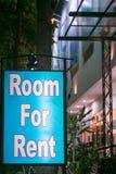 Sitio iluminado del letrero para el alquiler Fotos de archivo libres de regalías