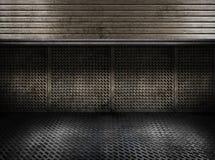 Sitio industrial de las placas del metal sucio con la puerta imagen de archivo libre de regalías