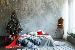 Sitio interior adornado en estilo de la Navidad Fotos de archivo