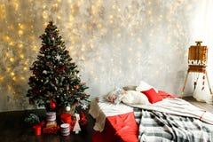 Sitio interior adornado en estilo de la Navidad Imágenes de archivo libres de regalías