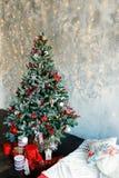 Sitio interior adornado en estilo de la Navidad Fotografía de archivo libre de regalías