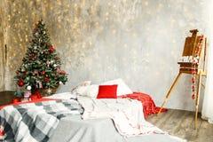 Sitio interior adornado en estilo de la Navidad Foto de archivo libre de regalías