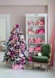 Sitio interior adornado en estilo de la Navidad Ningunas personas Una silla verde vacía Colores rosados Comodidad casera de la ca Imagenes de archivo