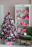 Sitio interior adornado en estilo de la Navidad Ningunas personas Una silla verde vacía Colores rosados Comodidad casera de la ca Foto de archivo libre de regalías