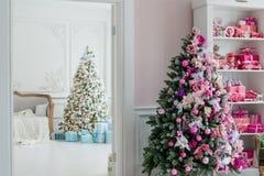 Sitio interior adornado en estilo de la Navidad Ningunas personas Una silla verde vacía Colores rosados Comodidad casera de la ca Imágenes de archivo libres de regalías