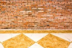 Sitio interior con el piso del pared de ladrillo y de mármol imagen de archivo