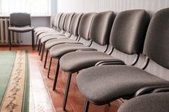 Sitio interior con las sillas en fila Fotografía de archivo