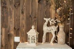 Sitio interior con un ciervo, lámpara Fotos de archivo