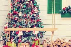 Sitio interior de la decoración de la Navidad del Año Nuevo de los accesorios festivos del abeto y de la chimenea Fotografía de archivo