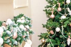 Sitio interior de la decoración de la Navidad del Año Nuevo de los accesorios festivos del abeto y de la chimenea Foto de archivo libre de regalías