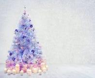 Sitio interior del árbol de navidad, presentes blancos de la pared de Navidad Imágenes de archivo libres de regalías
