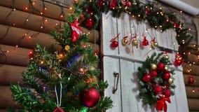 Sitio interior y juguetes del Año Nuevo del árbol de los regalos de la Navidad que centellan luces y la chimenea Fotos de archivo libres de regalías