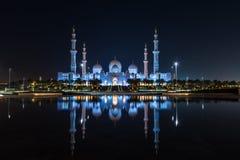 Sitio islámico icónico: Mezquita magnífica en Abu Dhabi, United Arab Emirates en la noche con una reflexión en la piscina que mue imagenes de archivo