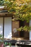 Sitio japonés de ceremonia de té con Acer Imágenes de archivo libres de regalías