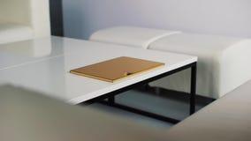 Sitio ligero limpio con los nuevos muebles modernos blancos de la marca con la caja de oro fina metrajes
