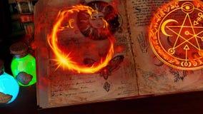 Sitio místico o sitio del estudio del alquimista con las velas, libros, botellas y símbolos alquímicos, con vista de pájaro ilustración del vector