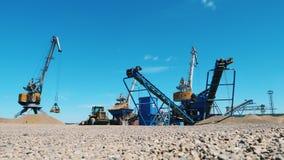 Sitio mineral de la extracción con los cargadores industriales metrajes