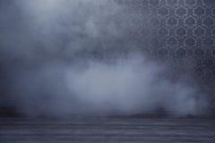 Sitio misterioso llenado de humo denso Imágenes de archivo libres de regalías