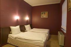 Sitio moderno con dos camas Foto de archivo