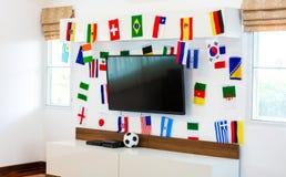 Sitio moderno con la TV y las banderas Foto de archivo