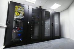 Sitio moderno del servidor con los gabinetes negros del ordenador fotografía de archivo