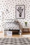 Sitio monocromático de los niños con la alfombra imagenes de archivo