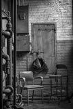 Sitio ocultado iluminado por el sol de la rotura - 2 sillas del vintage para la conversación Fotos de archivo libres de regalías