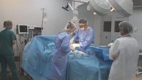 Sitio ocupado de la cirugía en hospital almacen de video