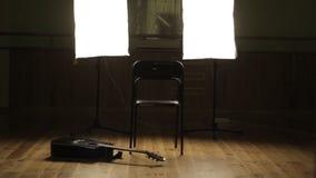 Sitio oscuro con una guitarra almacen de metraje de vídeo