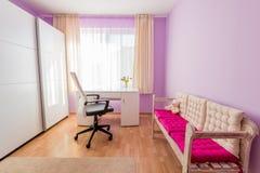 Sitio púrpura del ` s de los niños en hogar moderno Fotos de archivo libres de regalías