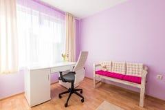 Sitio púrpura del ` s de los niños en hogar moderno Fotografía de archivo libre de regalías
