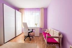 Sitio púrpura del ` s de los niños en hogar moderno Foto de archivo libre de regalías