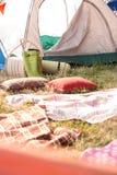 Sitio para acampar bohemio del estilo en el festival Foto de archivo