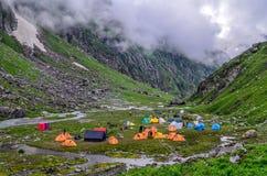 Sitio para acampar de Gera de ka de Balu - viaje del paso de Hampta Imágenes de archivo libres de regalías