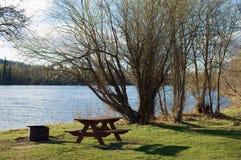 Sitio para acampar de la orilla del lago Fotos de archivo libres de regalías