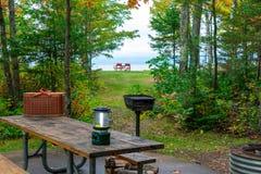 Sitio para acampar de la orilla del lago a lo largo del lago Superior imágenes de archivo libres de regalías