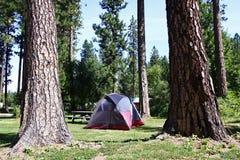 Sitio para acampar de la tienda Imagen de archivo