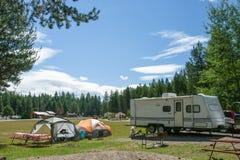 Sitio para acampar de rv y de la tienda Imagen de archivo libre de regalías