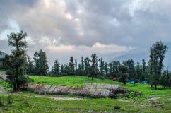 Sitio para acampar de Tolpani - viaje de Roopkund Foto de archivo libre de regalías