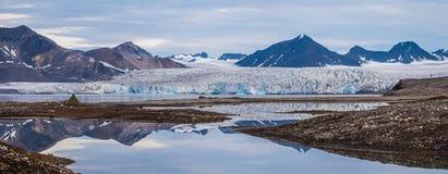 Sitio para acampar delante de un glaciar Imagenes de archivo