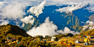 Sitio para acampar en las montañas Imagen de archivo