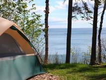 Sitio para acampar en superior de lago Foto de archivo