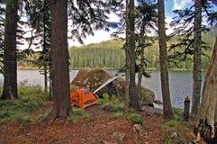 Sitio para acampar en un lago Foto de archivo
