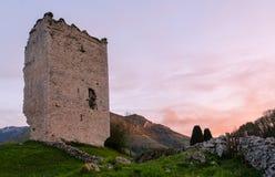Sitio popular de la atracción turística: Ruinas de un castillo medieval de la torre XII del siglo asturias españa imágenes de archivo libres de regalías